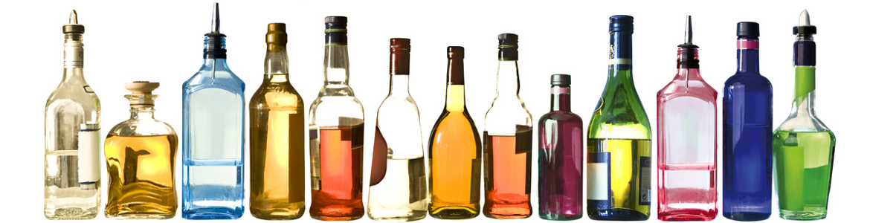 Nebeneinander aufgereiht unterschiedliche Glas Flaschen mit verschiedenen Spirituosen.